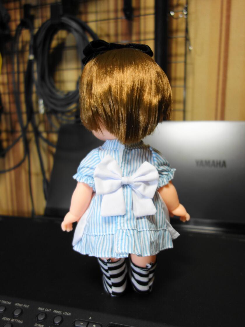 アリス服を着たレミンの後ろ姿