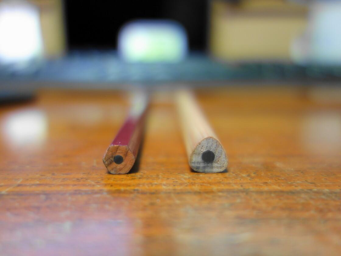 一般の鉛筆とこどもえんぴつの形状の違い