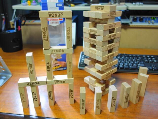 ジェンガで作った塔とドミノ