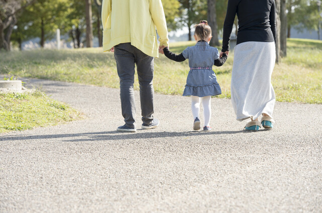 家族と歩く女の子