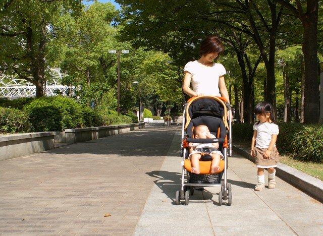 歩く1.5歳児の女の子