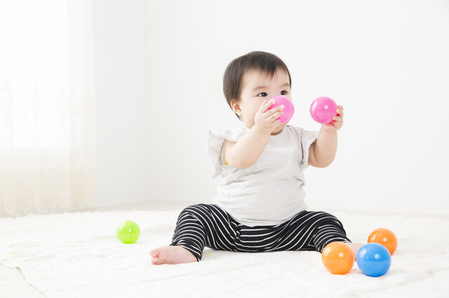 ボールで遊ぶ幼児