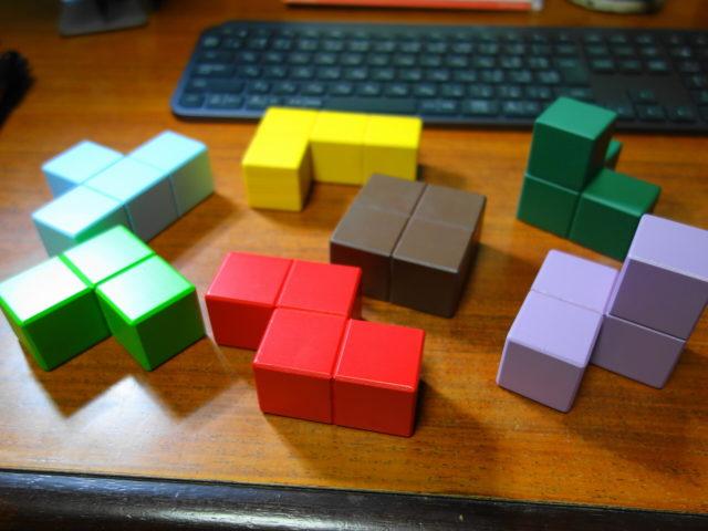 賢人パズルのブロックは色と形がすべて異なる